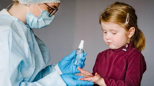 Dětští praktičtí lékaři si stěžují na nedostatek ochranných pomůcek v době koronaviru, přesto ordinace drží otevřené.