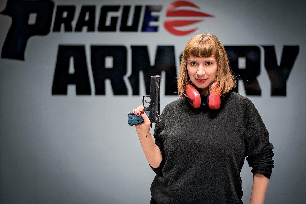 Před návštěvou střelnice bych do sebe vůbec neřekla, že po půlhodinovém seznamování se s glockem budu schopna zbraň sama nabít, natáhnout a pak z ní střílet na terč.