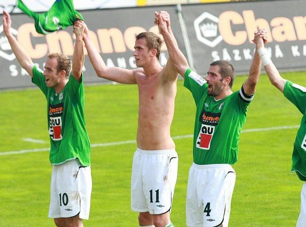 Fotbalisté Jablonce Tomáš Jablonský, Tomáš Pekhart a Petr Pavlík (zleva) slaví výhru