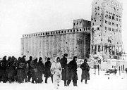 Pochod přeživších německých vojáků do zajateckých táborů