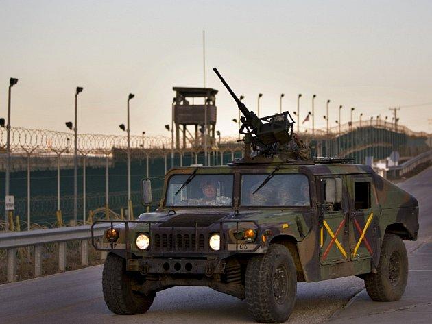Vojenská patrola před plotem základny v zátoce Guantanámo.