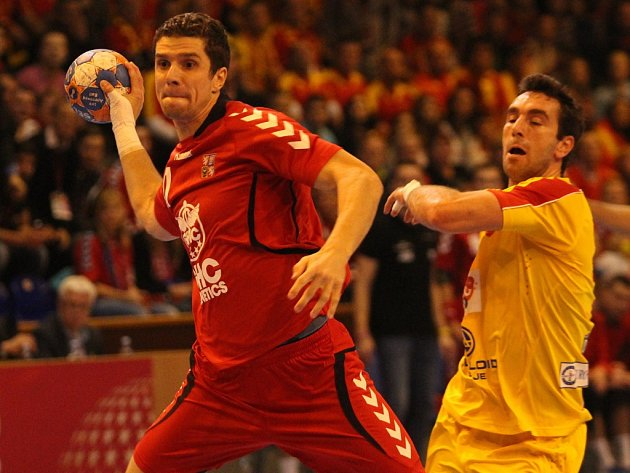 Ondřej Zdráhala (vlevo) se prosazuje proti Makedonii.