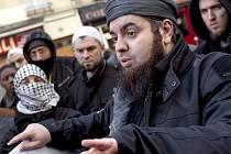 Sedmatřicetiletý Mohamed Achamlane podle médií vinu popírá, nechtěl prý žádné násilí, chtěl jen v zemi propagovat islámskou víru.