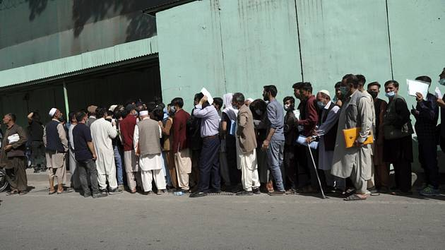 Afghánci ve frontě na víza před íránskou ambasádou v Kábulu, 15. srpna 2021