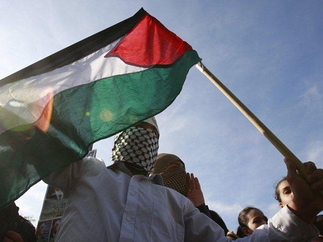 Libanonský student mává palestinskou vlajkou v Bejrútu.