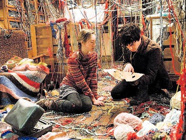 HRDINOVÉ PRO DĚTI. Doon (Harry Treadaway) a Lina (Saoirse Ronanová) se přesvědčí, že zvědavost a odvaha jsou cenné vlastnosti.