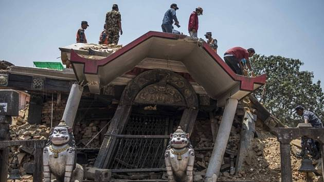 Zpustošený Nepál, který se ještě ani zdaleka nevzpamatoval z ničivého zemětřesení na konci dubna, zažil dnes další mohutné otřesy o síle 7,4 stupně Richterovy škály.