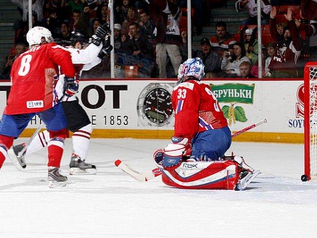 Herberts Vasiljevs střílí vítěznou branku Lotyšů v utkání s Norskem.