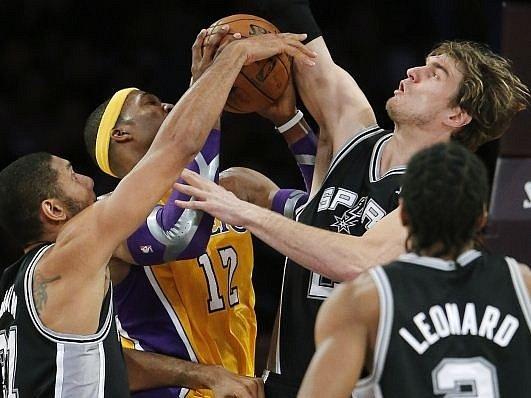 Opora Lakers Dwight Howard v obležení hráčů San Antonia.