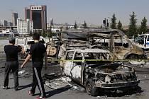 Zničená vozidla v Ankaře.