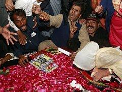 Příznivci bývalé pákistánské premiérky Bénazír Bhúttové na jejím hrobu, pokrytém květinami.