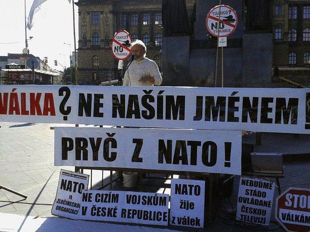 Vystoupení Česka z NATO požadovali demonstranti na dnešní protestní akci, kterou svolala iniciativa Ne základnám 28. září na pražské Václavské náměstí.