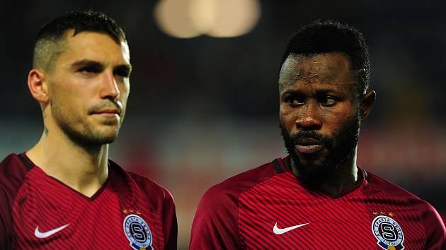 Fotbalisté Sparty (zleva) Nicolae-Claudiu Stanciu a Guélor Kaku Kanga.