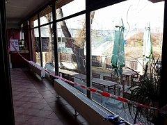 Neznámý pachatel nebo pachatelé rozbili v noci na dnešek okna budovy v ulici U Kina v Praze-Modřanech.