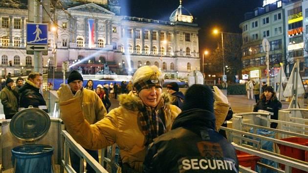 Na Václavském náměstí se konal Mejdan roku. Na místo nemohli lidé se zbraněmi ani s lahvemi alkoholu.