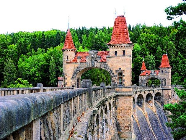 Les Království vypadá jako hrad, ale je to přehrada a od roku 2010 i kulturní památka.