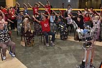 """Singapur zavádí """"robotrenéry"""", aby udrželi seniory ve formě."""