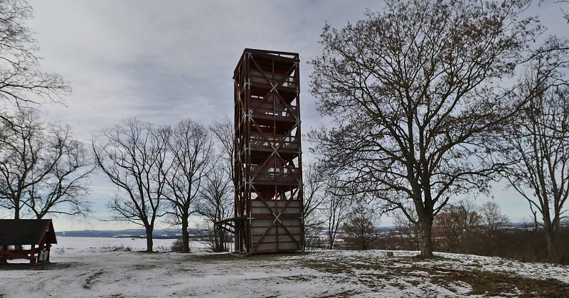 Rozhledna na Šibeničním vrchu nad Horšovským Týnem nabízí výhledy do širokého okolí.