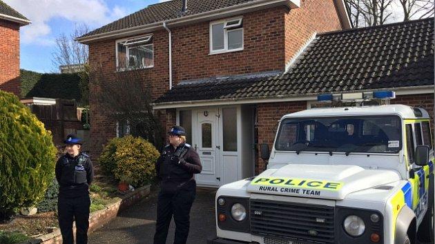 Policie na jihu Anglie vyhlásila mimořádnou událost kvůli případu dvou lidí, kteří jsou po kontaktu s neznámou látkou v kritickém stavu. Údajně může jít o stejný jed, jakým byl otráven bývalý agent Skripal a jeho dcera.