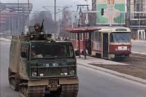 Obrněný transportér projíždí Sarajevem, v pozadí tramvaj na zastávce. Snímek z 1. prosince 1995