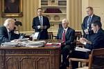 Michael Flynn (vpravo) ještě jako nejbližší Trumpův poradce v Oválné pracovně Bílého domu necelý týden po inauguraci.