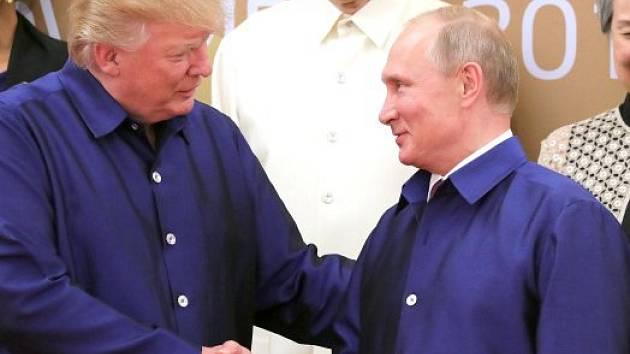 Donald Trump a Vladimír Putin na summitu APEC ve vietnamském Danangu v loňském roce