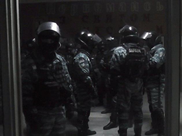 Policisté, kteří zasahovali proti stovkám lidí v jihoukrajinském městě Mykolaji