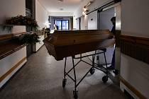 Pracovník jihlavského krematoria
