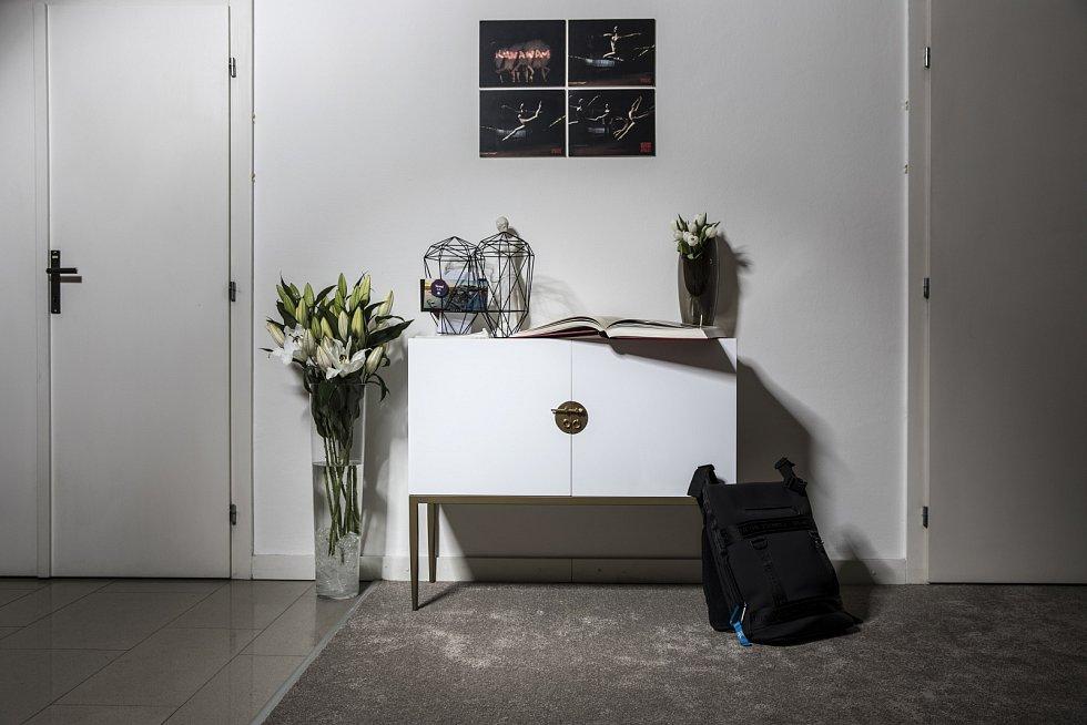 Místo mezi dveřmi do kuchyně a chodbou do ložnicové části s fotografiemi z konceptu Runaway, který Yemi připravoval pro rappera Kanye Westa.