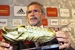 Gerd Müller s oceněním Zlatá kopačka na snímku z 23. srpna 2003, kdy byl vyhlášen nejúspěšnějším hráčem historie Bundesligy.