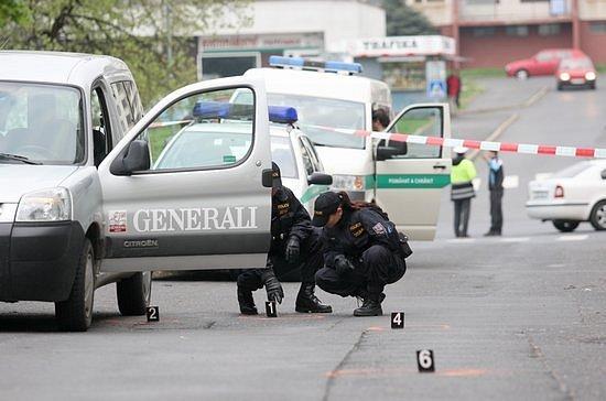 Střelbou a zraněním skončila hádka dvou mužů na mosteckém Zahradním sídlišti v Růžové ulici. Podle očitých svědků při vzájemné hádce vytáhl řidič Citroënu pistoli a minimálně třikrát vystřelil do země před jiného muže.