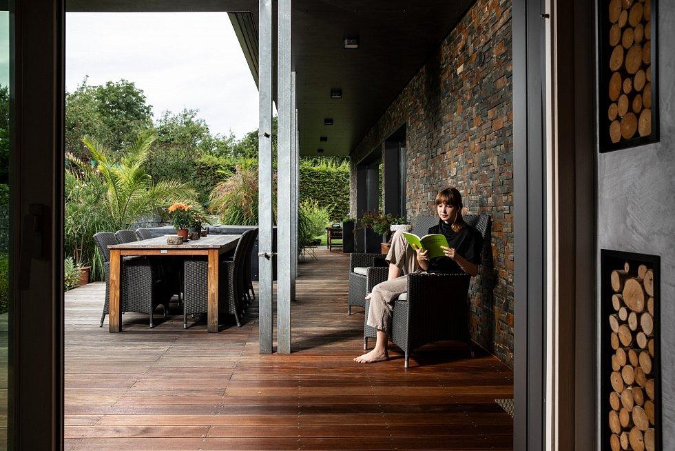 Na terase, která je hned u kuchyně, rostou všechny bylinky, které potřebuji kvaření. Rodiče použili přírodní materiál, jako je dřevo a kámen, a propojili tak vnitřní prostor stím venkovním, vše působí harmonicky.