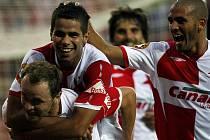 Slávisté Tijani Belaid (druhý zleva) a Hocine Ragued (vpravo) gratulují Zdeňkovi Šenkeřikovi ke gólu proti Bohemians Praha.