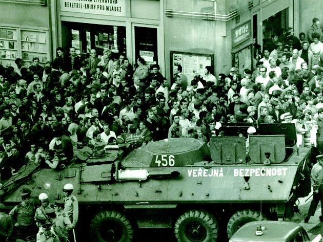 OBKLÍČENÍ. Policie se snažila Václavské náměstí pro další demonstranty uzavřít pomocí kordonů a obrněných transportérů OT-64.