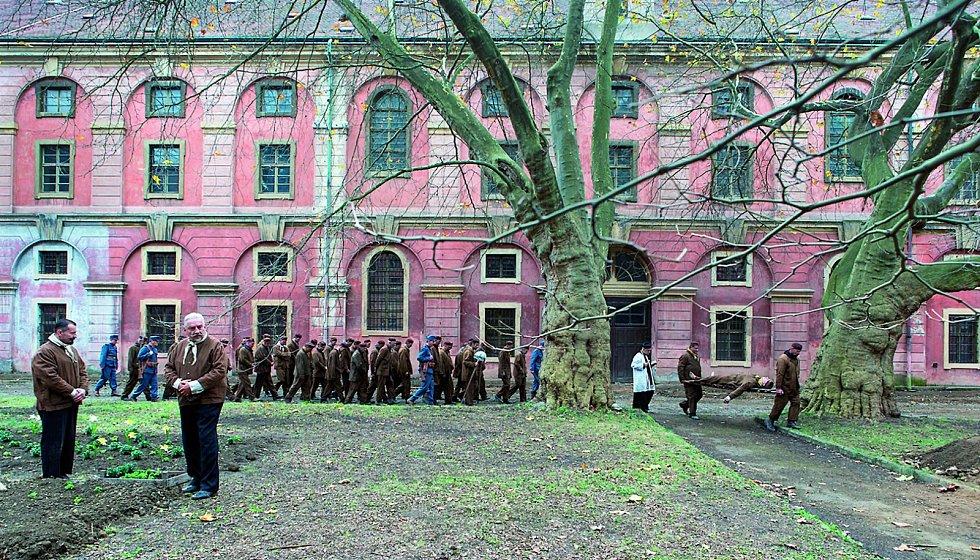 """Jako """"muži 28. října"""" se ve filmu představí Ondřej Vetchý a Miroslav Donutil. Natáčí se i v pražské Invalidovně."""
