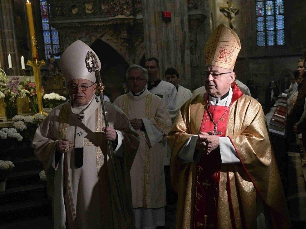 V katedrále sv. Víta, Václava a Vojtěcha v Praze se konala 23. dubna mše, při níž byly do nového relikviáře uloženy ostatky sv. Vojtěcha. Mši sloužil kardinál Miloslav Vlk (vpravo), kázání přednesl kardinál Dominik Duka (vlevo).