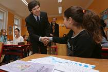 Velvyslanci USA Andrew Schapiro, Británie Jan Thompsonová a Norska Siri Ellen Slatnerová navštívili základní školu v Trmicích.