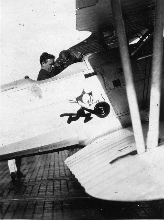 Slavný letec na palubě svého dvouplošníku, snímek z období před válkou