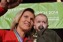 Barbora Špotáková se synem Jankem a zlatem z ME.