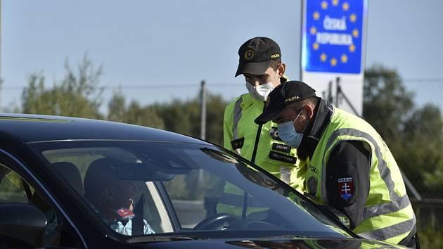 Slovenští policisté kontrolují řidiče na hraničním přechodu Břeclav - Kúty na dálnici D2