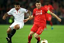 James Milner z Liverpoolu (vpravo) a Ever Banega ze Sevilly.