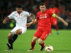 James Milner z Liverpoolu (vpravo) a Ever Banega ze Sevilly.