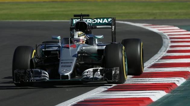 Lewis Hamilton v kvalifikaci na Velkou cenu Mexika.