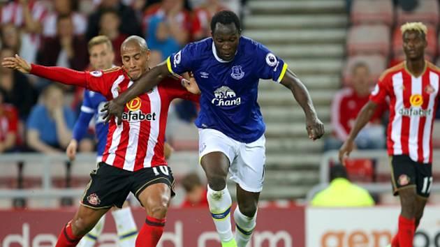 Romelu Lukaku z Evertonu (uprostřed) proti Sunderlandu.