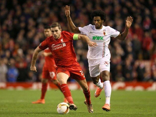 Jordan Henderson z Liverpoolu (vlevo) a Caiuby z Augsburgu.