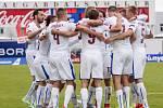 Čeští fotbalisté se radují z gólu proti Islandu.