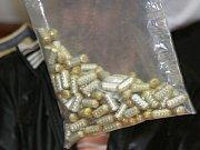 Při razii na Šluknovsku našli příslušníci speciálních policejních a celních jednotek milion korun, kilo pervitinu, šest kilo marihuany a 700 kytek.