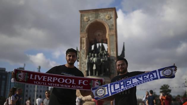 Fanoušci fotbalistů Liverpoolu a Chelsea v centru Istanbulu den před utkáním o Superpohár UEFA