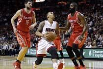 Shabazz Napier z Miami (uprostřed) se snaží prosadit proti Houstonu.