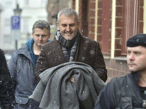 Podnikatel Petr Sisák (uprostřed) a advokát Ivo Hala (není na fotografii) se 20.ledna dostavili vPraze na policii, aby podali vysvětlení ke kauze údajných manipulací sinsolvencemi.